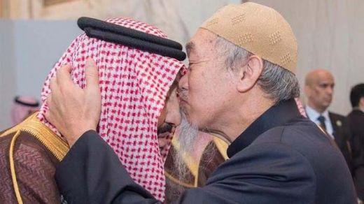 Pria Tua Ini dengan Takzimnya Mencium Kening Raja Salman, Siapakah Dia?