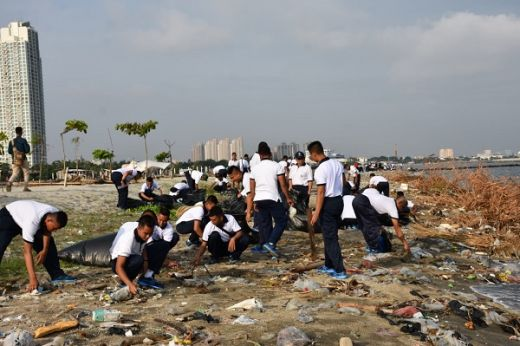 Ratusan Prajurit TNI AL Bersihkan Pantai Pesisir Jakarta Utara