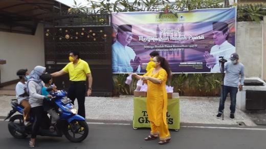 Pertahankan Tradisi Berbagi Takjil, Karan Sukarno: Tak Mengurangi Rezeki Keluarga