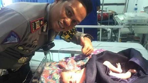 Detik-Detik Ibu Melahirkan di Tol Cipali dan Kesigapan Pak Polisi Sekaligus Melantunkan Azan