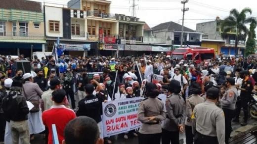 Tuntut Denny Siregar Diadili, Ribuan Massa Forum Mujahid Gelar Aksi Bela Santri