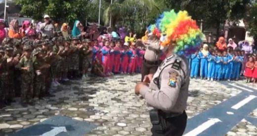 Demi Menghibur Anak-anak, Pak Polisi Ini Rela Jadi Badut yang Lucu