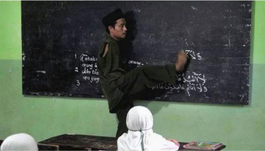 Tangannya Buntung, Pak Untung, 25 Tahun Mengajar dengan Dua Kaki