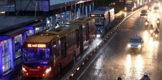 Meski Sebagian Lampu Listrik Sudah Menyala, Bus Transjakarta Tetap Gratis hingga Jam 12 Malam