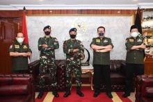 MPR RI Berikan Penghargaan ke Prajurit TNI dari Maumere