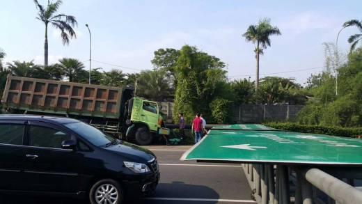 Disambar Truk Tronton, Papan Penunjuk Arah Jalan Tol di Kebun Jeruk Ambruk Akibatkan Kemacetan Panjang