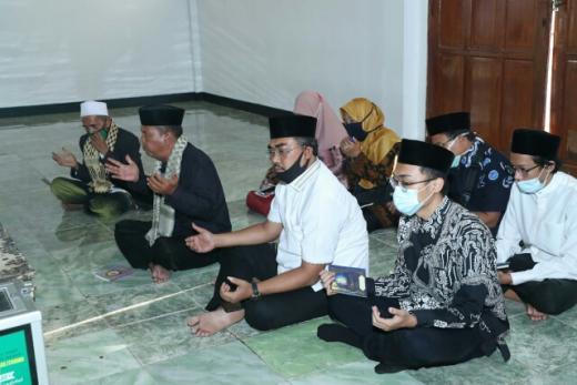 Ziarah ke Makam Para Wali, Gus Jazil Doakan Indonesia segera Bebas Corona