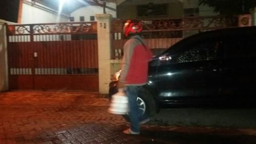 Enam Jam Geledah Rumah Anggota DPRD Jatim, Petugas KPK Pesan Sahur via Ojek Online