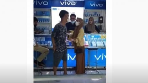 Pasangan Remaja Bertengkar di Konter HP, Si Cewek Ternyata Maunya iPhone, Bukan Vivo Hehe...