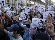 Warga Myanmar Tolak Kudeta Militer
