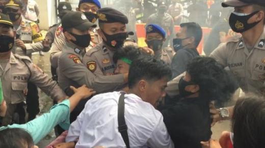 Bentrok dengan Polisi, Mahasiswa di Banten Bibirnya Dijahit hingga Masuk ICU