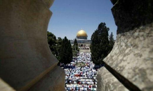 Dilarang Israel Masuk Masjid Al Aqsa, Muslim Palestina Shalat di Halaman