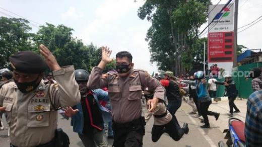 Barikade Polisi Jebol, Assalamualaikum, Anak STM Datang Bawa Pasukan