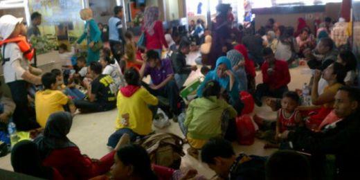 Kelelahan Karena Lama Ngantri, Penumpang Arus Balik di Pelabuhan Bakauheni Banyak yang Pingsan