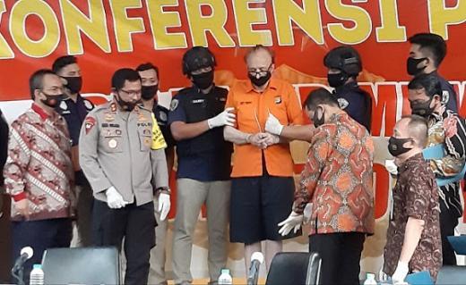 Mangsa 305 Anak, Bule Predator Diciduk Polisi saat Bersama 2 ABG di Hotel
