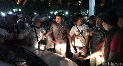 Mobil Berlogo Kompas TV Dikerubungi Massa di Halaman Masjid Istiqlal