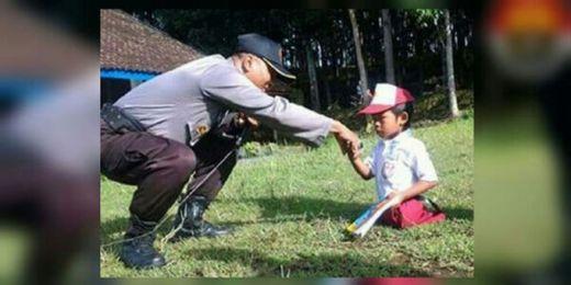 Tak Punya Kaki, Bocah Kelas I SD Ini Berjalan ke Sekolah 4 Kilometer Gunakan Tangan Mungilnya, Bercita-cita Jadi Polisi