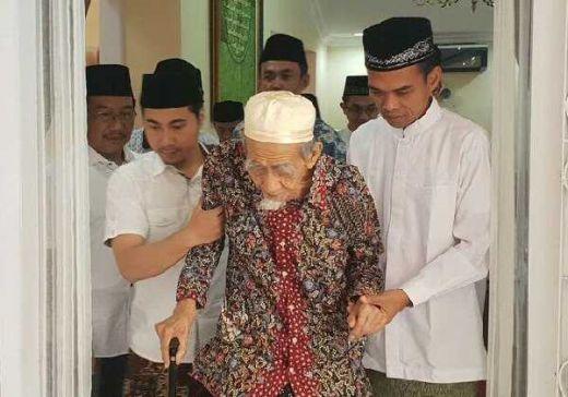 Temui Kiai Maimoen Zubair di Semarang, UAS Dapat Wejangan Khusus