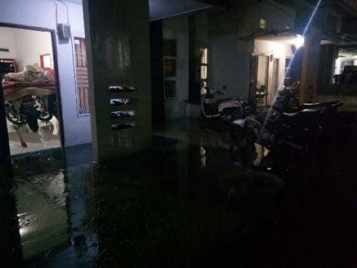 Gara-gara Banjir, Warga di Perumahan La Tulipe Panam Sampai Evakuasi Sepeda Motor