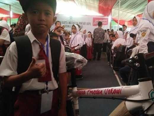 Terima Sepeda dari Jokowi, Veri, Anak Yatim Cerdas dari TasikmalayaIni Tak Kuasa Menahan Air Mata: Ini Buat Kakak Saya