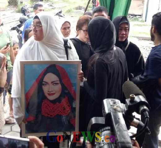 Tangis Keluarga Pecah Iringi Pemakaman Julia Perez