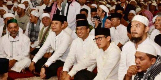 Usai Shalat Subuh Berjamaah di Masjid Istiqlal, Cagub DKI Anies dan Agus Berpegangan Tangan