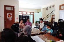 Diduga Tertipu Istri Anggota Dewan, Belasan Ibu-ibu Menangis Tuntut Keadilan