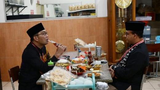 Anies-Ridwan Kamil, Teh Botol dan Foto SBY