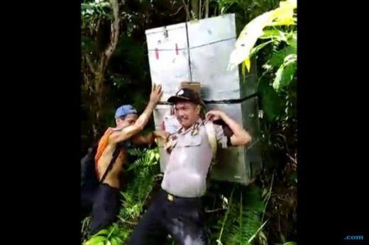 Gendong Kotak Suara Tanpa Alas Kaki, 2 Polisi Ini Dapat Pin Emas dari Kapolri