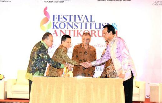 Maruf Cahyono Serahkan Hadiah Pemenang Lomba Pekan Konstitusi MPR 2019 di Festival Konstitusi dan Anti Korupsi