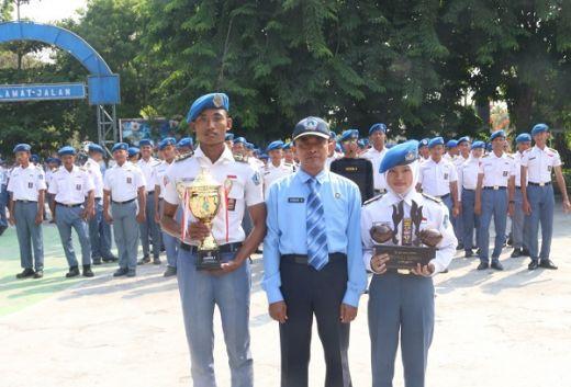Pelajar SMK KAL-1 Berikan Hadiah Prestasi di Hari Pahlawan