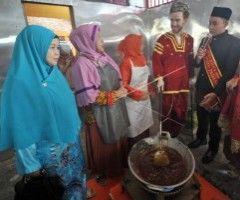 Tarik Wisatawan ke Sumbar, Gubernur Irwan Prayitno Manggaleh Nasi Padang di Norwegia