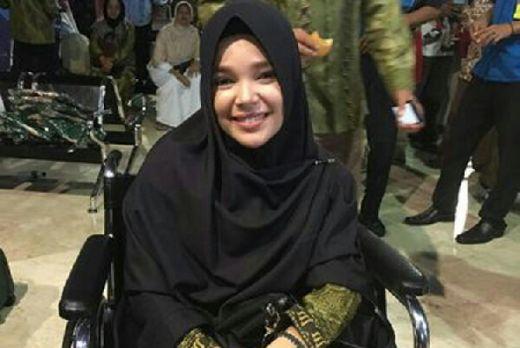 Pakai Kursi Roda, Dewi Sandra Tetap Khusyuk Tunaikan Ibadah Umrah