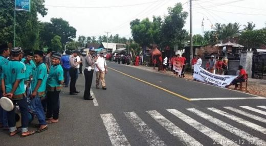 Pendukung Sandi dan Jokowi Saling Tatap di Jembrana