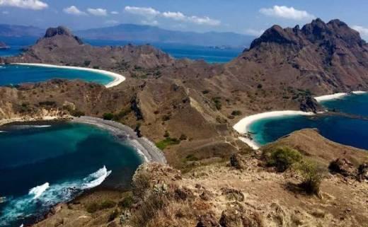 Surga Cantik Itu Terlihat Jelas dari Puncak Pulau Padar
