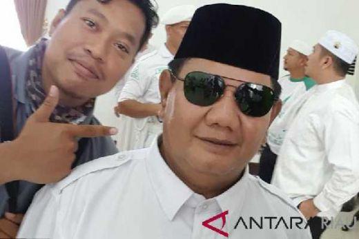 Hehe... Ada Sosok Prabowo Palsu Bikin Heboh Emak-emak di Bandara Pekanbaru