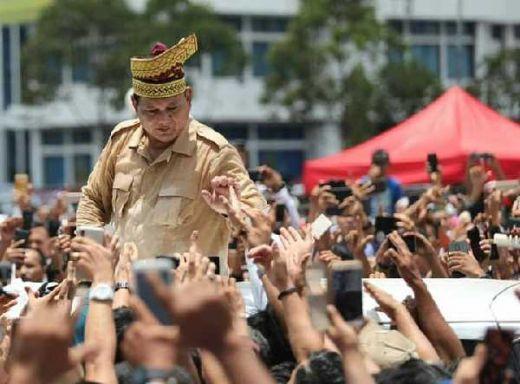 Tinggalkan Pekanbaru Menuju Batam, Prabowo Digotong Pendukungnya