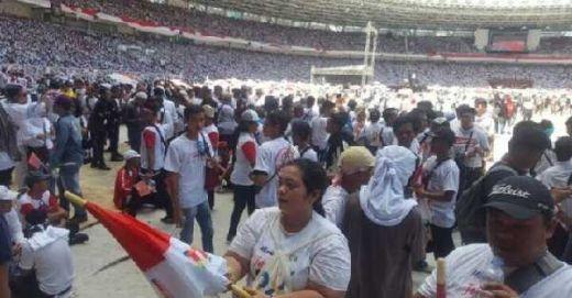 Matahari Terik di GBK, Relawan Pro-Jokowi Bagi-bagi Payung