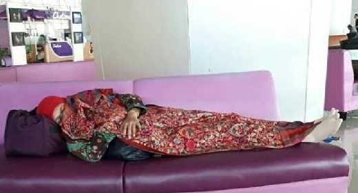 Tak Hanya Menteri Susi, Foto Menteri Khofifah Tertidur di Bangku Bandara Juanda Juga Viral