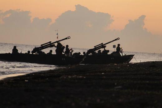 Pasukan Amfibi TNI AL Hancurkan Musuh di Pantai Banongan