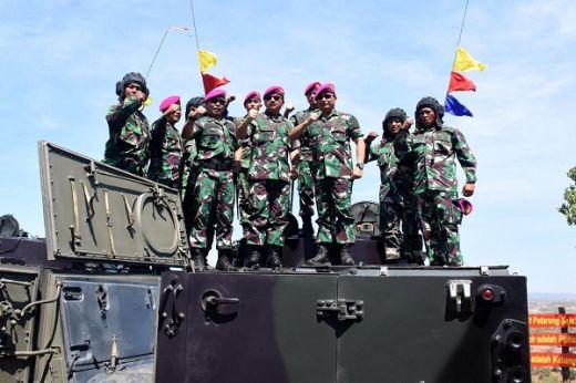 Panglima TNI Dan Kasal Coba Tank Amfibi Marinir