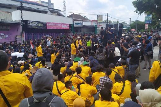 Demo Tolak UU Cipta Kerja, Mahasiswa Tutup Jalan Depan DPRD Magelang