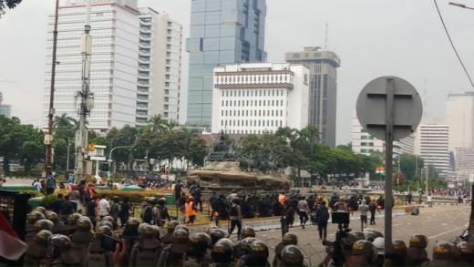 PA 212 Akhiri Demo, Tiba-tiba Massa Anak Muda Lempar Batu ke Arah Polisi di Patung Kuda