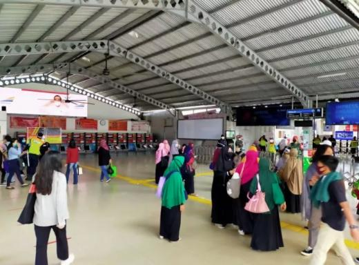 Stasiun Bogor Ramai, Emak-Emak Massa PA 212 Ikut Demo ke Istana Negara