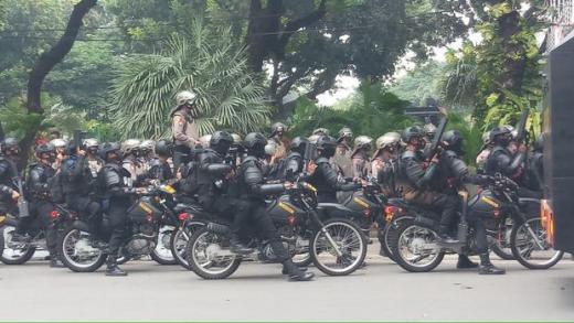 Polisi Pukul Mundur Massa Ricuh di Bundaran Patung Kuda