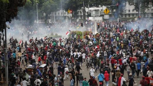Massa Pendemo Liar Bentrok dengan Polisi Melebar ke Kawasan Stasiun Gambir