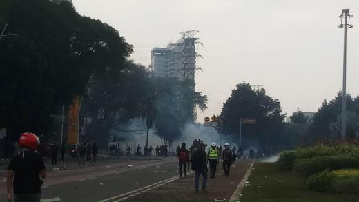Sempat Dipukul Mundur Massa di Tugu Tani Kembali Lempar Batu ke Polisi