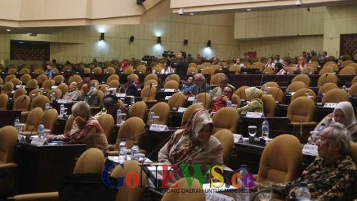 Dengan Pantun, Fahira Idris Tutup Laporan Komite I DPD RI