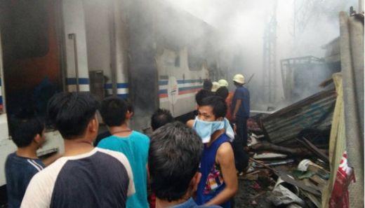 Evakuasi 2 Korban Tewas Tabrakan Kereta Api dengan Mobil Avanza di Senen Berlangsung Lama