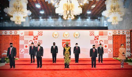 Jokowi Pakai Baju Adat Sabu, Pengamat: Terkesan Raja